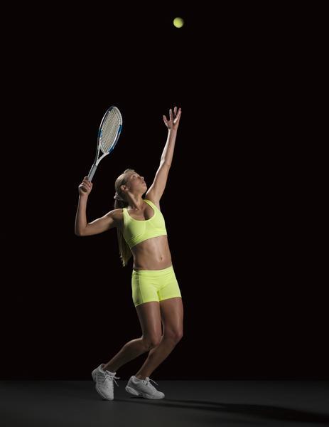 aruncarea-mingei-de-tenis
